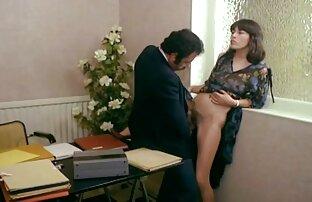 در سینه بند سفید ، MILF زرق و برق دار روی گروه فیلم سکس درتلگرام نیمکت ، بیدمشک وی لرزان است
