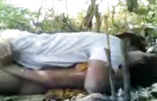 بلوند بیدمشک در عینک سینه های بزرگ و کانال فیلم سکس اینستاگرام شورت را روی دوربین نشان می دهد