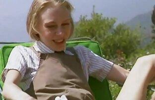 آن مرد در جوراب های سفید بیرون از منزل کانال تلگرامی فیلم سکس به یک دختر جوان خیره شده است