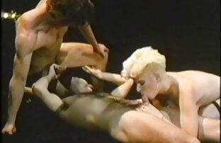 زن زیبا در جوراب ساق بلند هر دو سوراخ را با لینک گروه فیلم سکس یک خیار بزرگ انگشت می زند