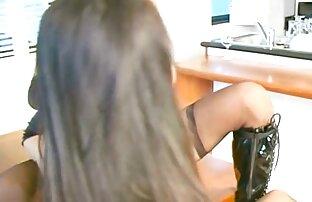 دختر زیبا در لباس زیر زنانه سکسی که روی میز لینک کانال تلگرامی فیلم سوپر زنگ می زند